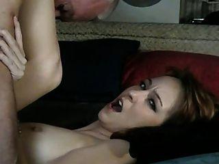 늙은이는 베이비 시터와 섹스를한다.