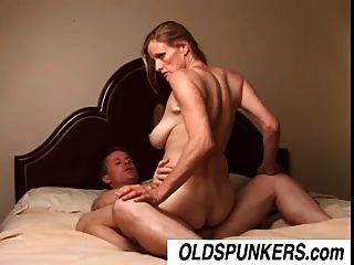 slutty mature babe tj는 행운의 남자와 섹스를 좋아한다.