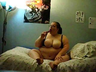 뚱뚱한 소녀가 침대에서 자위하다