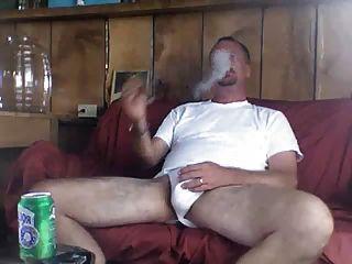 엄마가 망할 후에도 담배를 피운 아빠.