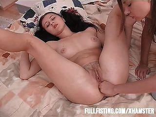 섹시한 청소년은 그녀의 꽉 엉덩이에 주먹을 원한다.