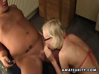 금발 아마추어 여자 친구가 그의 엉덩이를 장난감과 머리를 제공합니다.