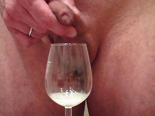 포피를 통해 큰 짐을 저주하는 나, 와인 잔에 정액