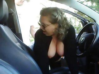 그의 차에서 소년을 성숙한 성숙한 여인