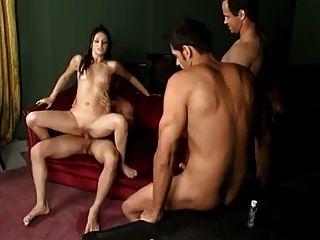 3 명의 여자들은 여러 남자들이 그들의 여자들을 creampie하게했습니다.