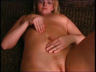 금발의 bbw 전 여자 친구가 가슴과 음부와 놀고
