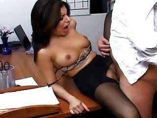 깎아 지른 팬티 스타킹의 거유 비서가 사무실에서 섹스를하고있다.