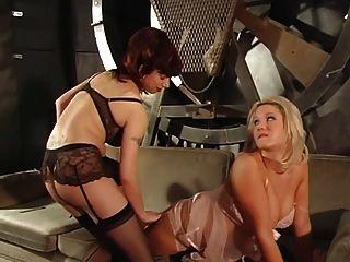 유쾌한 금발은 그녀의 유두와 젖은 음부를 두 명의 뜨거운 주인이 처벌합니다.