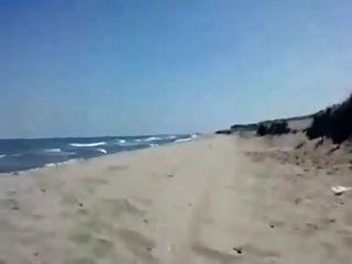 모래 해변에서 남자 친구를 불고있는 sandra