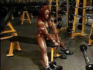 놀라운 근육 질의 여자