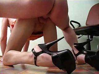 섹시한 다리를 가진 비서는 creampie를 얻는다.