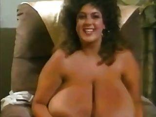 레오폴라가 큰 거대한 메가 가슴을 가진 복고풍 엄마