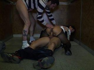 아시아의 아내가 엘리베이터에서 강타했다.