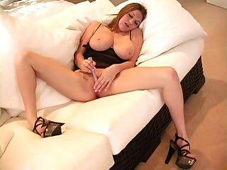 큰 가슴과 좋은 엉덩이를 가진 소녀는 솔로로 4 번 간다.