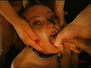 노예를 빠는 수탉으로 사용되는 소녀