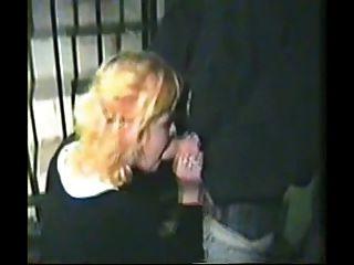 마디 그라 매춘부가 거리에서 머리를 주자.