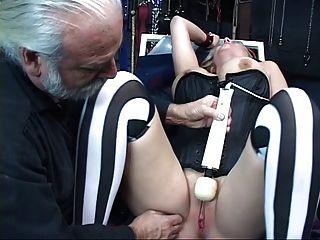 섹시하고 매력적인 금발은 묶여서, 그녀의 음부에는 장난감이있다.