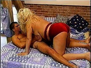 브리티시 크고 거유 한 gaynor 일명 침대에 신디 빌어 먹을