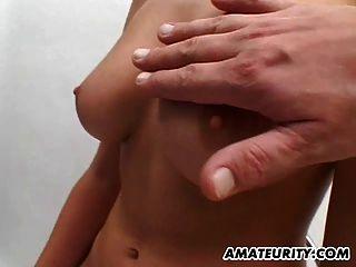 큰 가슴을 가진 아마추어 gf는 얼굴을 빨고 섹스를합니다.