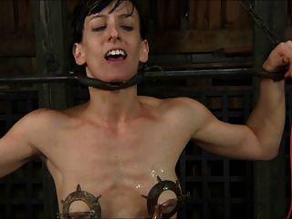 노예가 고문을 당하고 정액을 1 / 2로 구걸한다.