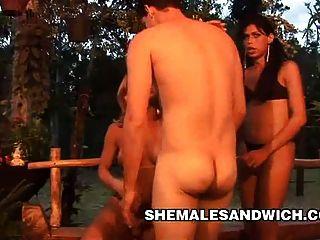 2 명의 shemales와의 3 일