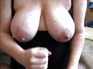 그녀의 가슴에 주무르기와 정액