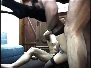 큰 엉덩이를 가진 라티나는 두 개의 스터드와 제비 짐에 의해 심하게 망할 것입니다.
