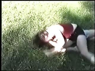 잔디에 catfight