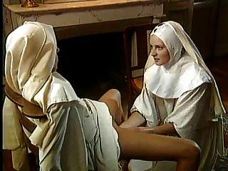 고전 레즈비언 수녀는 훌륭한 주먹