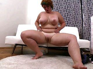 짧은 머리를 가진 뚱뚱한 소녀는 그녀의 면도 한 음부를 자위한다.