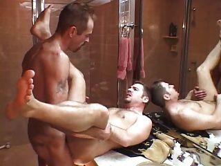 아빠는 샤워 후 아들을 엿 먹이지 않습니다.