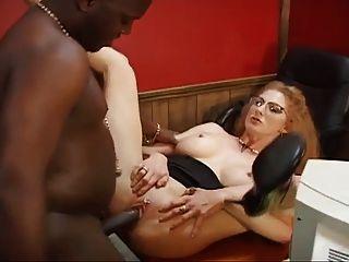 성숙한 사무실 매춘부는 그녀의 엉덩이를 bbc에 준다.