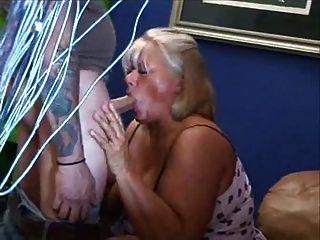 뚱뚱한 성숙한 금발 masturbes 그녀의 털이 음부