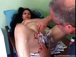 꽤 성숙한 라티나는 그녀의 음부 면도를 얻습니다.