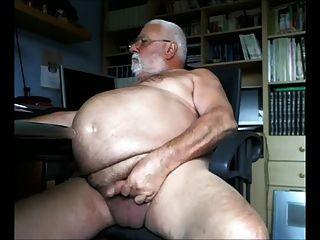 큰 배꼽 할아버지는 카메라 끄덕 거리다.