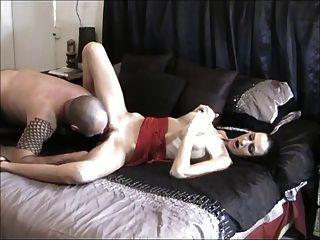 남자 creampies 그의 아내는 그 다음 그녀의 깨끗한 것을 핥는다.