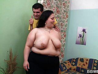 큰 소녀는 소파에 두드리고있다.