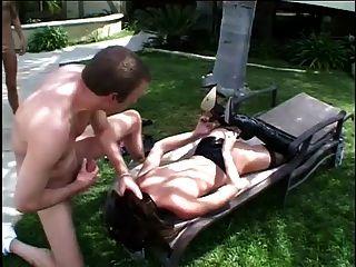 섹시한 브랜디 리옹은 두 자지를 빨고 몸을 가라 앉힌다.