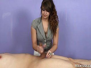 그녀의 클라이언트 떨어져 십대 masseuse 바보