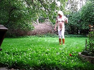 정원에서 옷을 벗기는 여인들