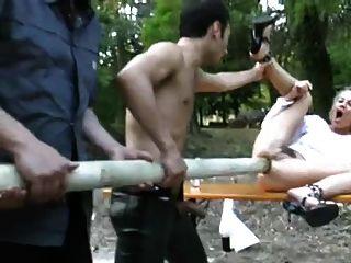 블론디는 엉덩이까지 거대한 극을 얻는다.