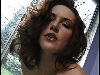 큰 주전자가있는 불쾌한 걸레가 그녀의 팬티를 벗고 그녀의 음부에 문지른다.