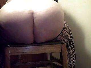 거대한 딜도 라구 딜도와 squirts를 타고 catsuit에 뚱뚱한 아마추어 암캐