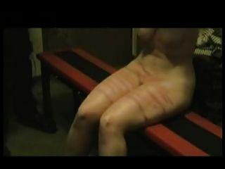 미친 남편이 당신 아내의 다리와 가슴을 휘젓고 있습니다.