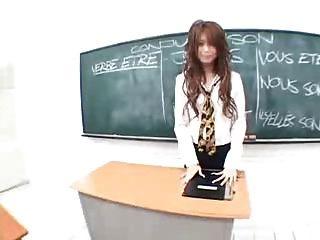 스카프로 교실에서 일본 선생님이 자위한다.