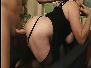 큰 가슴을 가진 성숙한 걸레는 바닥에서 뒤에서 좆된다.