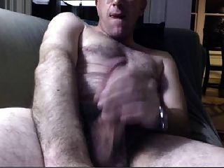 뜨거운 아빠는 소파에 wanking