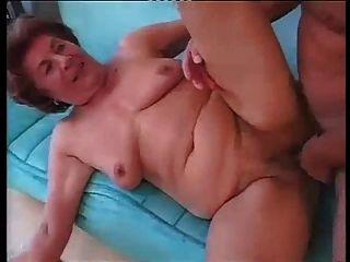 젊은 남자와 하드 아날 섹스에서 키가 큰 독일 할머니