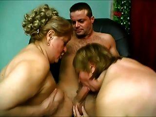 두 명의 큰 엉덩이 여자가 그에게보고 있습니다.