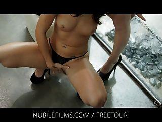 Nubile films 레즈비언 아가씨들 비와 손가락들.